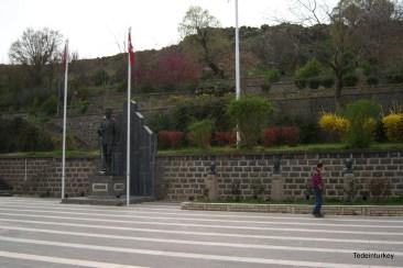 Az emlékház mellett szoborpark, mögötte kert fákkal, virágokkal