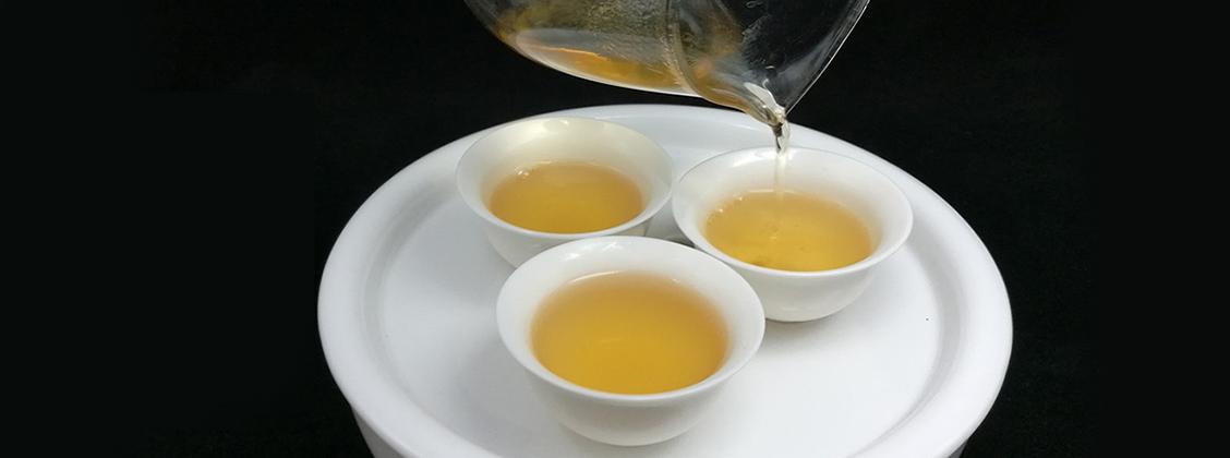 Teekuppi vaikuttaa erittäin paljon siihen, miten ihminen teen maistaa. Käytä laakeita ja matalia teekuppeja.