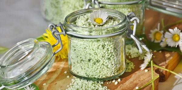 Teellä maustettu suola on erinomainen lahja ruokaharrastajalle. Vihreällä teellä, lapsangilla, earl greyllä tai jopa puerh-teellä saat mielenkiintoisia makuvivahteita tavalliseen suolaan. Lue ohjeet ja kokeile!