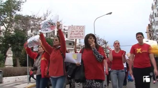 15/02 500 persones es manifesten contra el mètode per acabar amb les cabres d'Es Vedrà