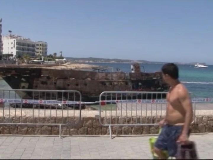 17/07 Es Caló des Moro continua tancat i encara no se sap quan retiraran les dues embarcacions