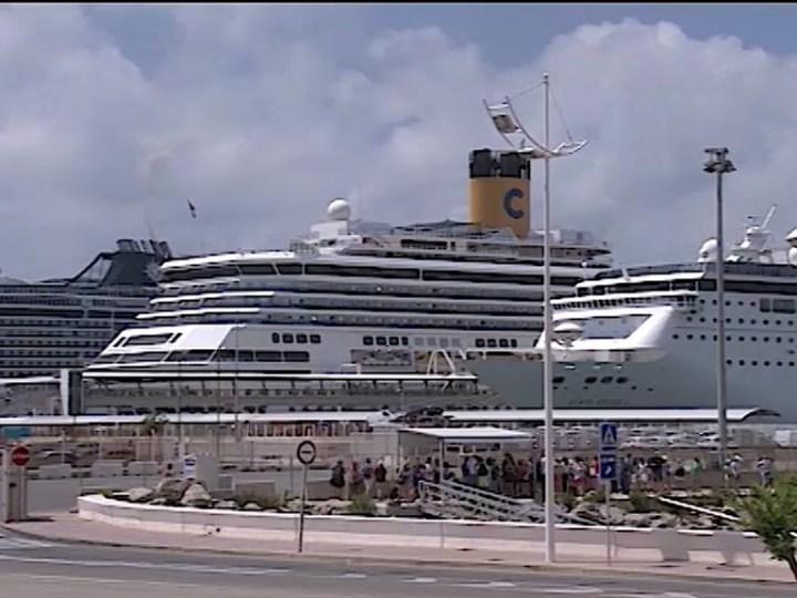 11/06/2019 Tres creuers omplen La Marina