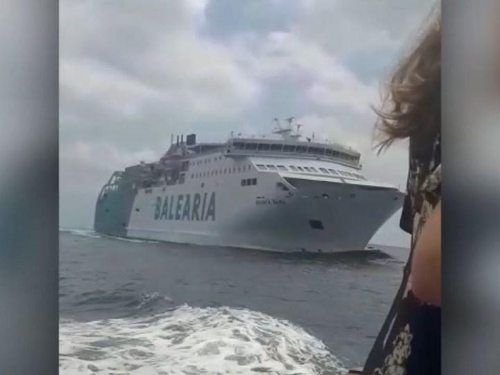 12/06/2019 Dos barcos a punt de xocar a es Freus