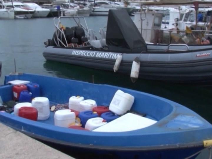 03/08/2020 Els immigrants aprofiten el bon temps a la mar