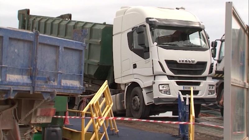 16/09/2021 Un camió encallat a la savina interromp el trànsit marítim