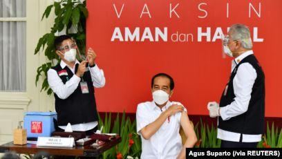 Presiden Joko Widodo menerima suntikan vaksin Covid-19 di Istana Merdeka, Jakarta, Senin, 13 Januari 2021. (Foto: Agus Suparto via Reuters)