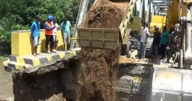 Mobil truk dan alat berat milik Dinas PU kabupaten kolaka saat melakukan penimbunan jembatan tambololi yang longsor. FOTO : LAN