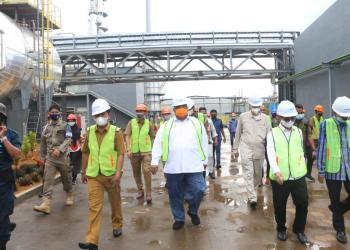 Gubernur dan Rombongan saat meninjau Pabrik aspal PT Kartika Proam Abadi. Kec. Lasalimu. Foto: Ewit/Kominfo