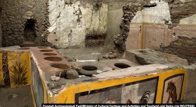 Lukisan dinding di kedai kuno yang ditemukan selama penggalian di Pompeii, Italia. (Foto: Pompeii Archaeological Park/Ministry of Cultural Heritage and Activities and Tourism/Luigi Spina via REUTERS)