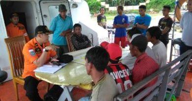 Tim Basarnas saat melakukan diskusi dengan warga terkait tenggelamnya kapal FOTO : ONNO