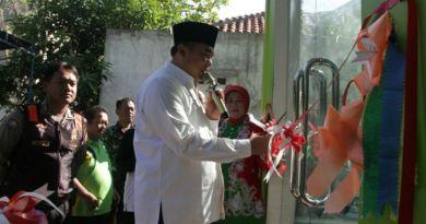 Bupati jepara Ahmad Marzuki saat meresmikan rumah tunggu perzalinan bagi ibu hamil. FOTO ; DSW