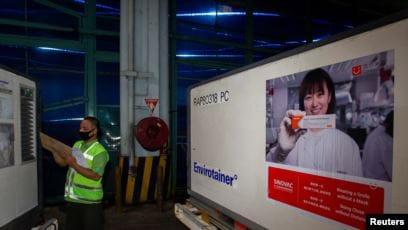Petugas memeriksa peti kemas berisi vaksin Covid-19 dari Cina Sinovak Biotik Ltd., saat tiba di Bandara Soekarno-Hatta dalam pengirim pertama ke Indonesia, 6 Desember 2020 (Foto: Dhemas Reviyanto/ Antara via Reuters)