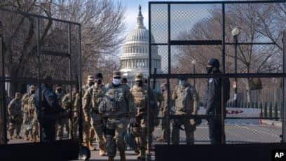 Para tentara dari Garda Nasional sedang melakukan pergantian tim jaga di dekat Gedung Capitol menjelang pelantikan Presiden terpilih Joe Biden, Washington, 16 Januari 2021.