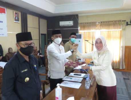 Nadira SH (kanan) saat menyerahkan dokumen tanggapan akhir fraksi-fraksi kepada Ketua DPRD Konsel, Irham Kalenggo (kiri)