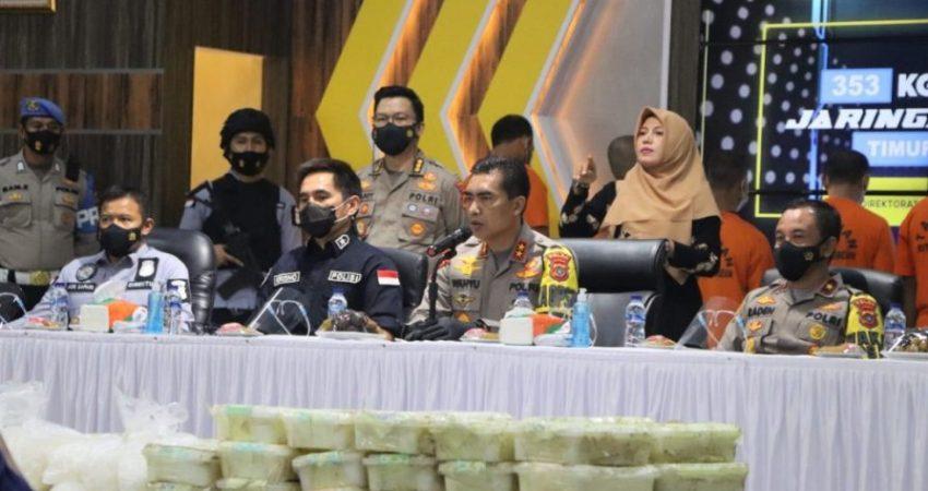 konferensi pers terkait pengungkapan narkotika jenis sabu seberat 353 Kg jaringan internasional dan dipimpin langsung oleh Kapolda Aceh Irjen Pol Drs. Wahyu Widada, M. Phil di Aula Serba Guna Mapolda Aceh.