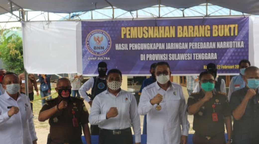 Foto bersama usai pemusnahan barang bukti narkoba oleh BNNP Sultra (Foto : Ismith)