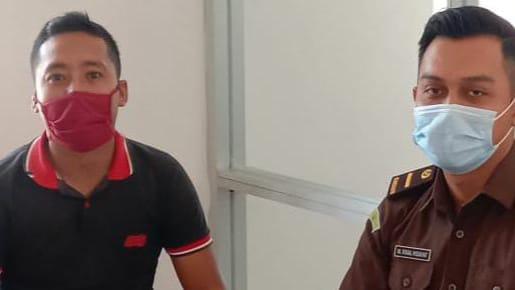 Ketua LIDIK Sultra, Surdiman saat menyerahkan laporan di Kejari Konsel