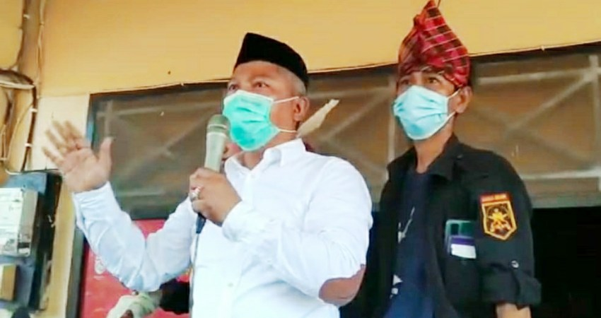 Wakil Bupati Konawe, Gusli Topan Sabara, Didampingi Ketua Banderano Tolaki, Hedianto Ismail saat memberikan orasi di hadapan massa aksi.