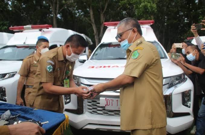 Bupati Konawe saat menyerahkan kunci mobil ambulans