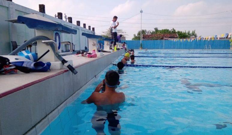 Latihan nomor kolam atlet selam Jepara
