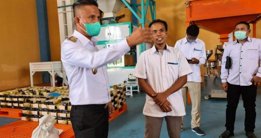 Wakil Bupati Konsel, Rasyid saat meninjau persediaan beras di Bulog Konsel jelang Idul Fitri, Rabu (28/4). Foto : ARS