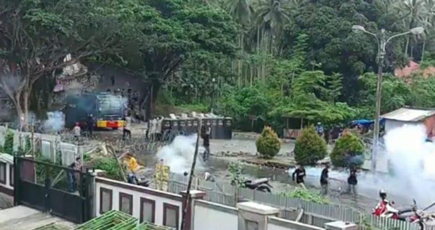 Unjuk rasa ricuh, polisi tembakkan gas air mata dan lemparan batu dari massa aksi