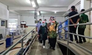 Direktur RS PKU Muhammadiyah dr.Hj. Titik Sumarni ( kerudung kuning) memberikan keterangan kepada tim mentari