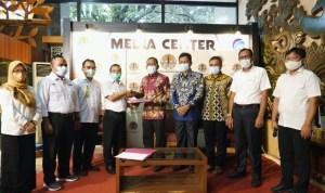 Pemkab Wakatobi saat menerima Surat Keputusan dari Kementerian Lingkungan Hidup dan Kehutanan (LKHK) RI.