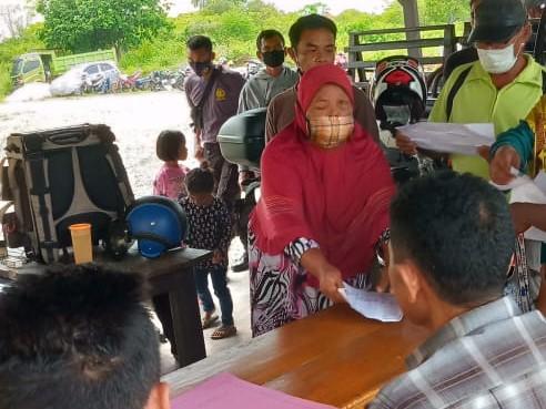 Sejumlah petugas kebersihan Desa Posalu mendatangi kantor Kepolisian Resort (Polres) Wakatobi. Mereka melaporkan Kepala Desanya