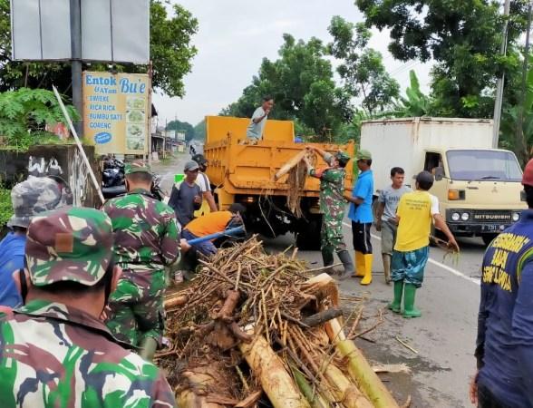 Prajurit koramil Mayong bersihkan tumpukan sampah