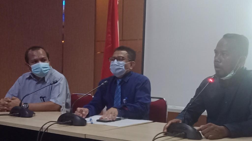 Wakil Rektor (WR III) Dr. Nur Arafah SP., M.Si (baju biru)