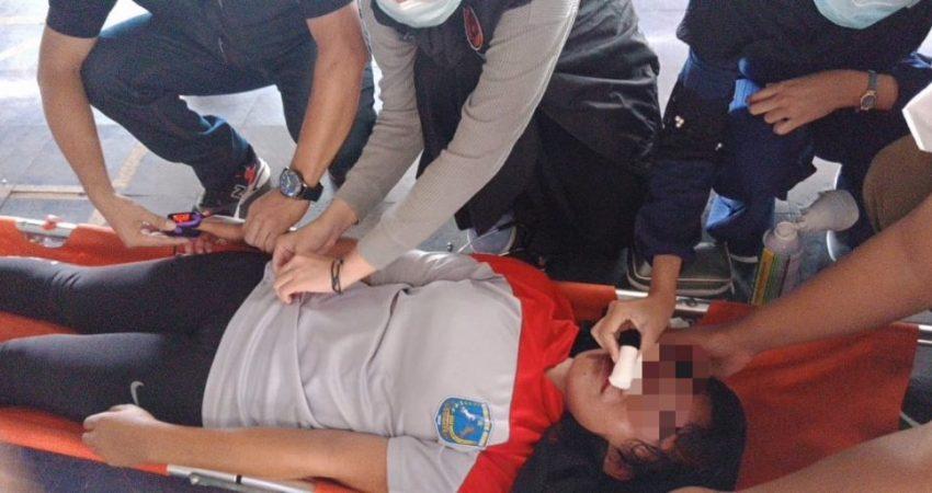 Novita Ramadani saat menmenerima perawatan dari tenaga medis