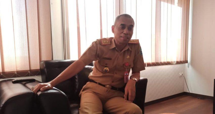 Sekretaris Daerah Buton Tengah (Sekda Buteng), Konstatinus Bukide saat ditemui di ruangannya. Senin (26/4). Foto : LRA 11