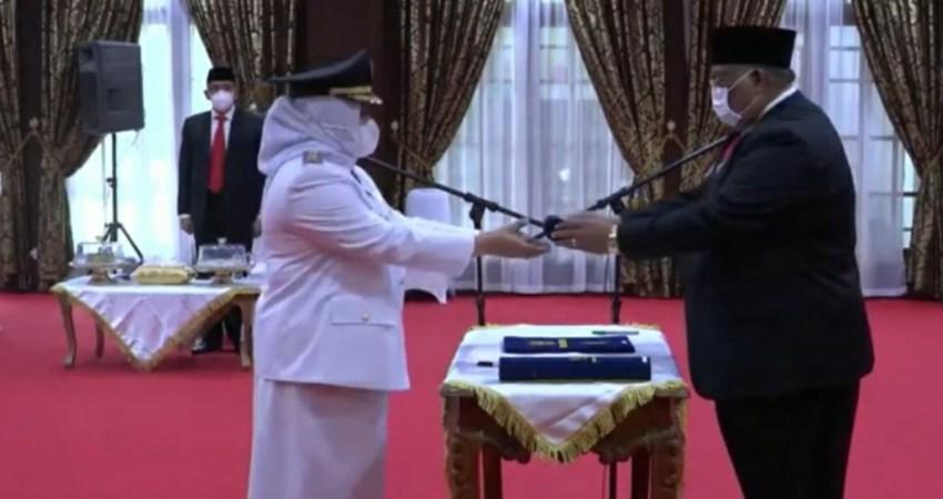 Gubernur Sultra, Ali Mazi saat melantik Andi Merya Nur sebagai Bupati defenitif Kolaka Timur di Rujab Gubernur. Senin (14/6)