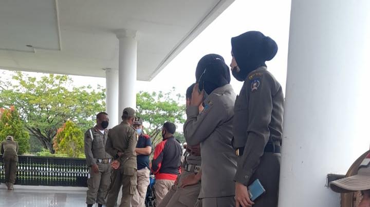 Puluhan Petugas Satpol PP saat menyambangi Rujab Bupati Konsel