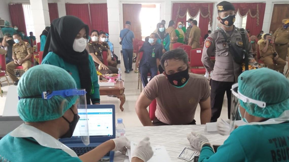 Kapolres Muna, AKBP Debby Asri Nugroho saat menjalani prosedur vaksinasi (9/2/2021)