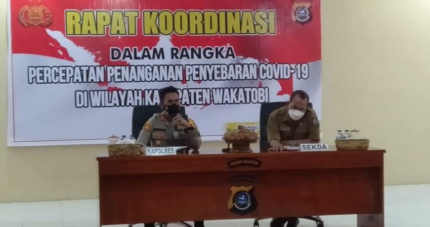 Kapolres Wakatobi AKBP Suharman Sanusi dengan pihak Pemda dalam rapat Koordinasi percepatan penanganan COVID-19.