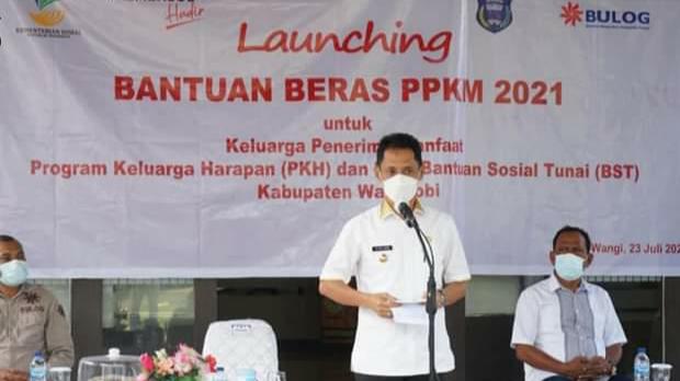 Bupati Wakatobi H.Haliana, SE saat memberi sambutan dalam acara penyerahan simbolis bantuan beras PPKM. (foto: rusdin/tegas.co)