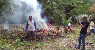 Dua Jumat, Warga Desa Bersihkan Pantai Kampa