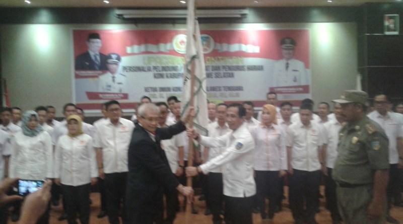 Menyerahkan Bendera Pataka Koni Nasional Kepada Ketua Koni Konsel DR H Arsalim Arifin, SE M. Si Untuk Dikibarkan Pada Seluruh Pelosok Wilayah Konsel. FOTO : MAHIDIN