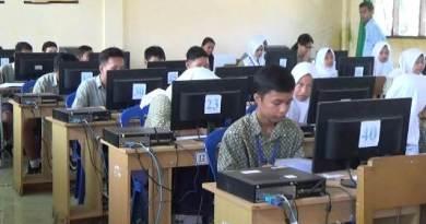 Peserta UNBK SMP 2 Kolaka terlihat cukup antusias mengisi soal-soal di komputer. FOTO : LAN