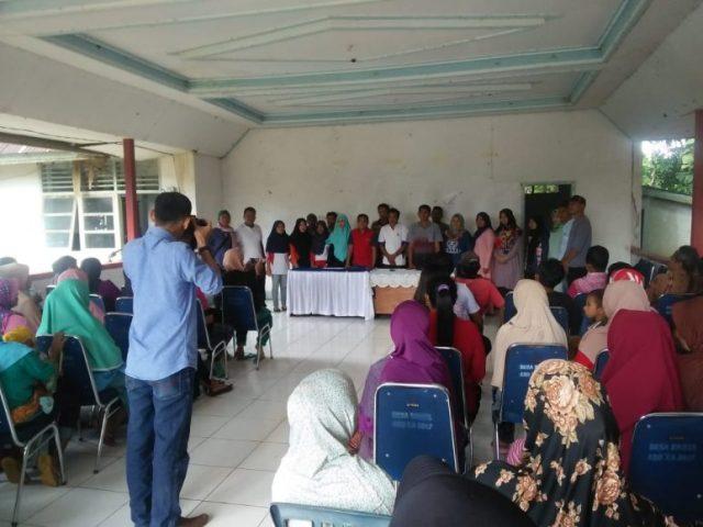 Foto Bersama Tim Alumni SMU Negeri 1 Kulisusu angkatan 2001 bersama jajaran pemerintah Desa Ronta di balai Desa Ronta (25/5/2019) sesaat sebelum pembagian sembako gratis