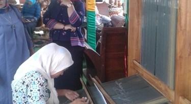 Siti Erni salah satu pengrajin tenunan Muna saat membuat kain di lokasi Stand pameran kabupaten Muna. FOTO : ODEK
