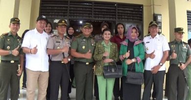 Hasanuddin Mayjend TNI Agus Surya Bhakti foto bersama Bupati Kolaka H. Ahmad Safei bersama unsur Firkomida Kolaka. FOTO : ASDAR