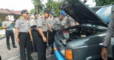 Aceh Timur, AKBP Rudi Purwiyanto, S.I.K, M. Hum sedang melakukan pemeriksaan kendaraan dinas. FOTO : ROBY SINAGA