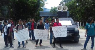 Belasan Mahasiswa yang tergabung dalam KMW, saat melakukan aksi demonstrasi di depan Mapolda Sultra,(17/4)