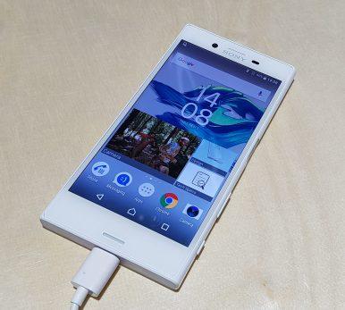 X compact ohranja zaslon z diagonalo 4,6 palca in ločljivostjo 720p.