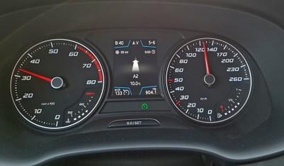 Informativni zaslon pred voznikom ni hudo sodoben, pokaže pa dovolj podatkov.