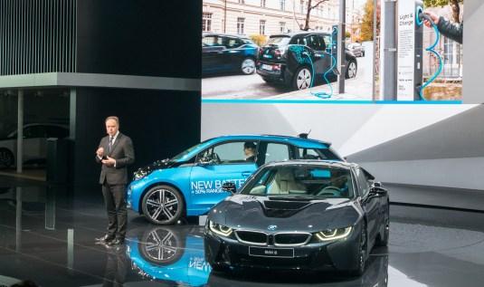 BMW je že začel prodajati nadgrajeni i3 (levo).