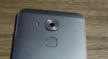 Nova plus ima fotoaparat z več milijoni točk (16 milijonov), kot manjša nova (12 mp).